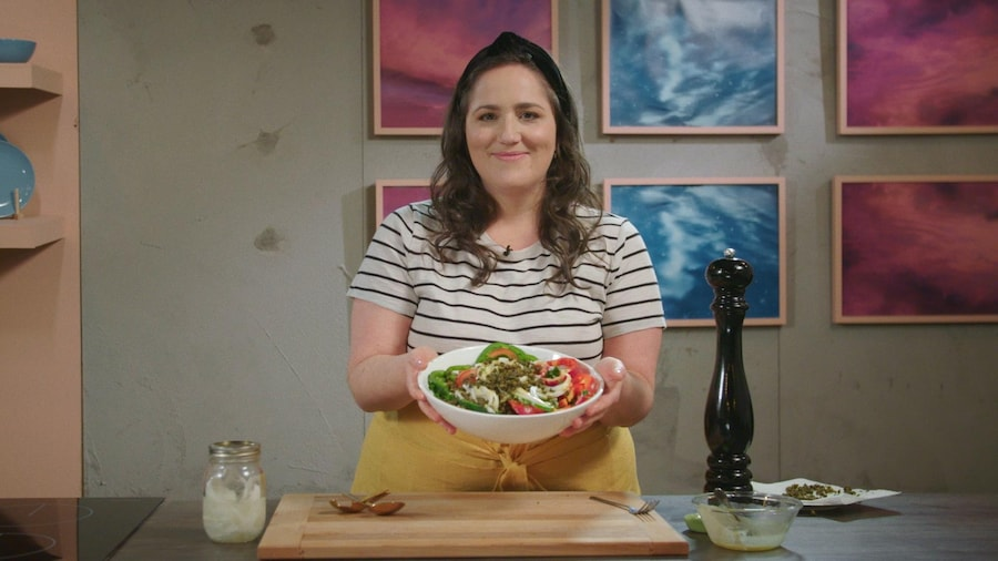 De la salade, des tomates, des oignons ont été mis dans un bol rond.