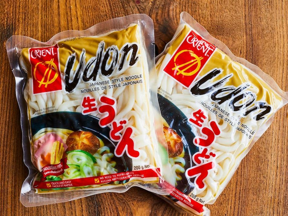 Deux emballages de nouilles udon du commerce.