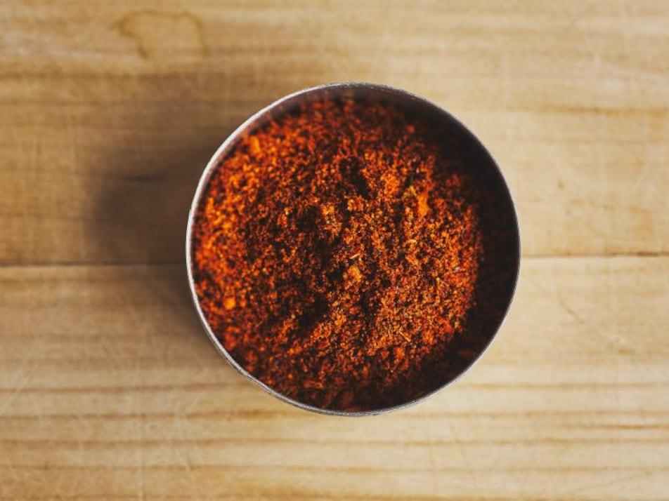 Un bol rempli de poudre de chili.