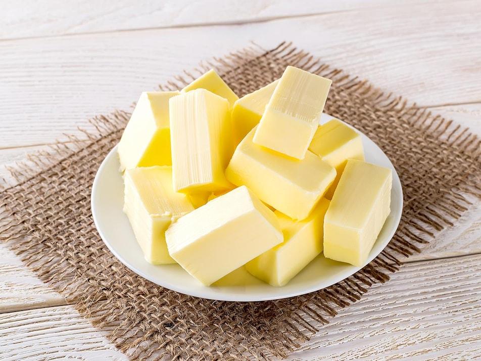 Plusieurs cubes de beurre dans une assiette.