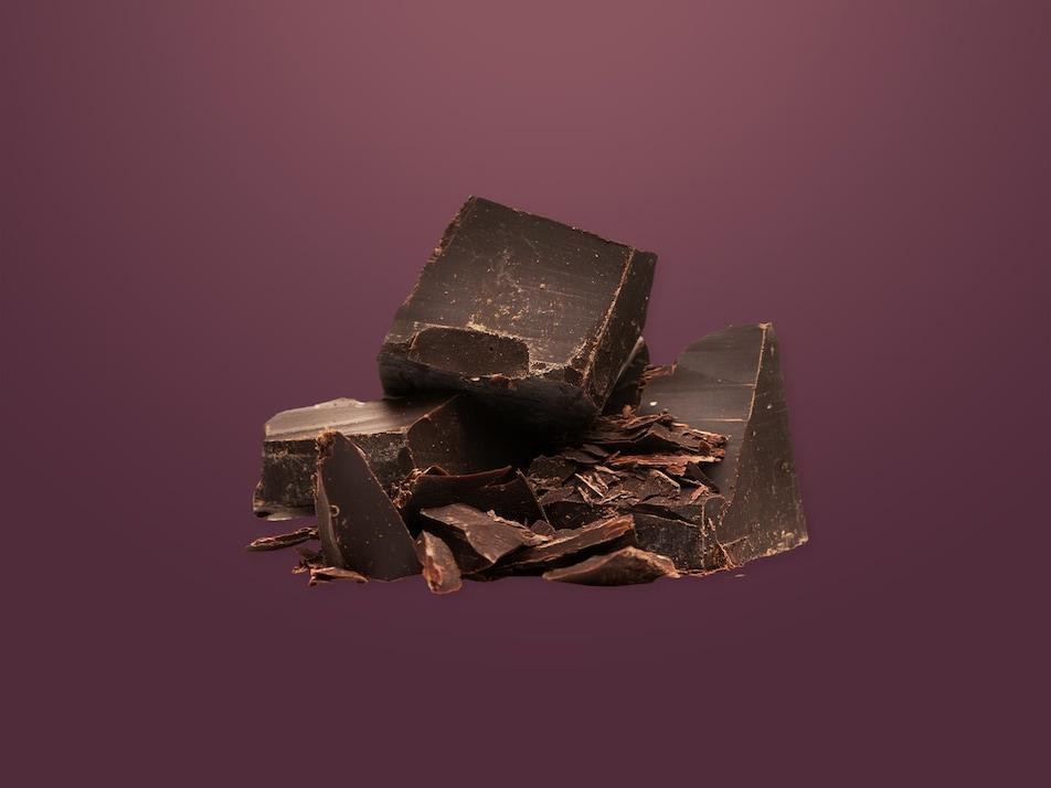 Des morceaux de chocolat à moitié hachés.