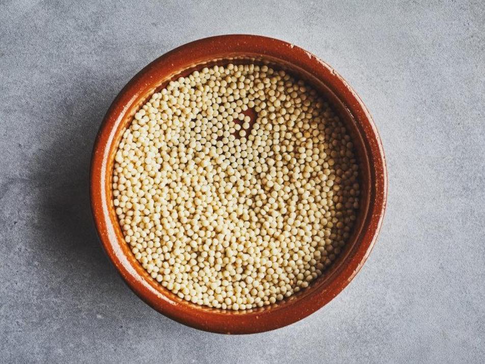 Un récipient rempli de couscous israélien.