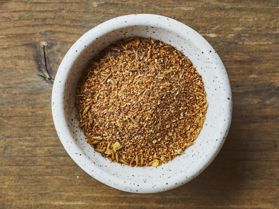 Un bol rempli de garam masala.