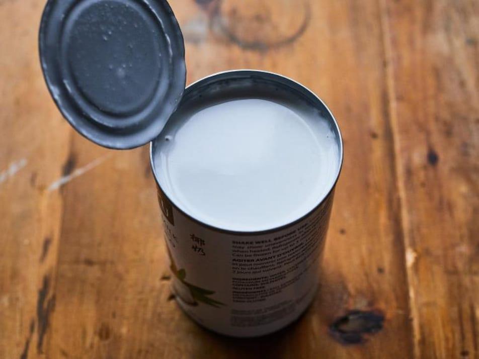 Une conserve ouverte de lait de coco.