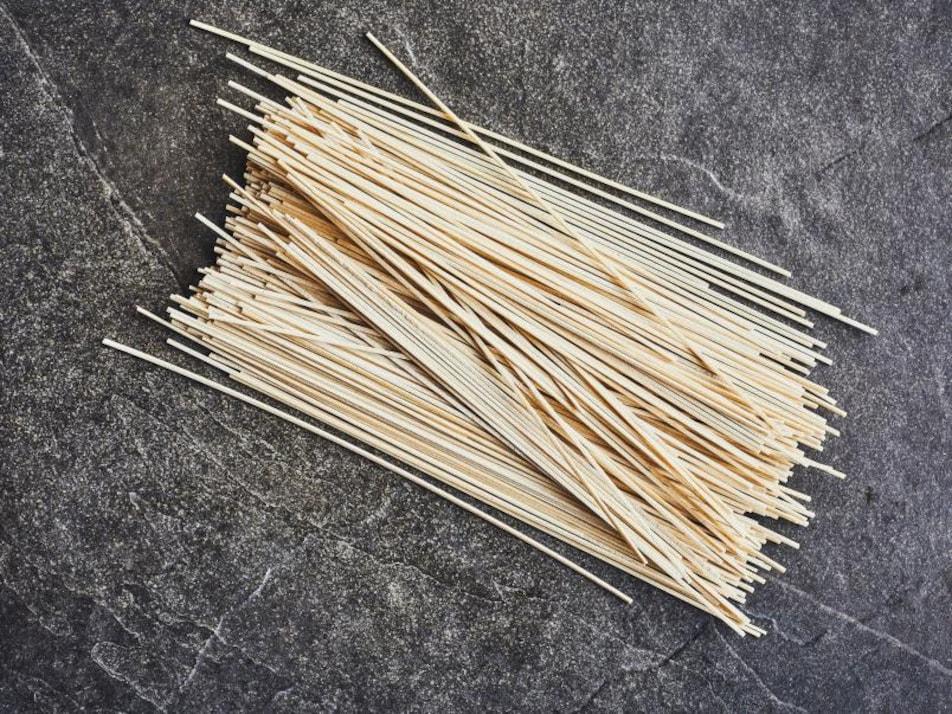 Des nouilles de blé orientales en vrac.