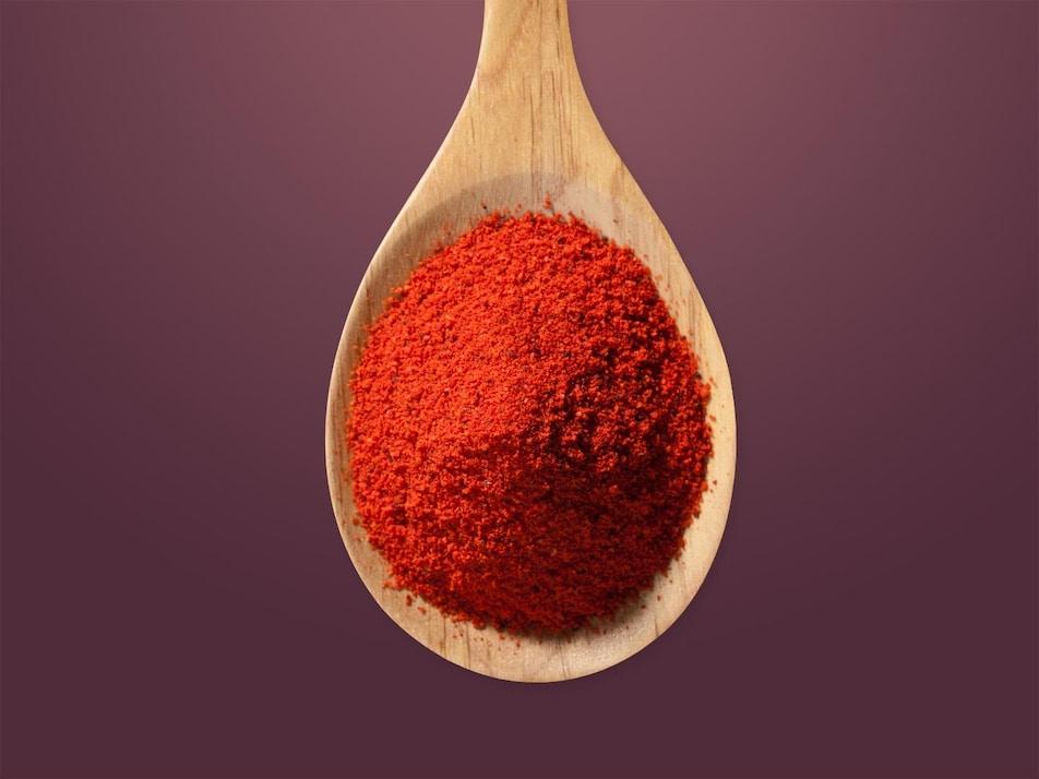 Du paprika dans une cuillère.