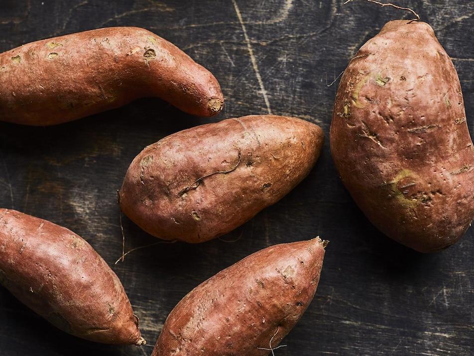 Cinq patates douces entières.