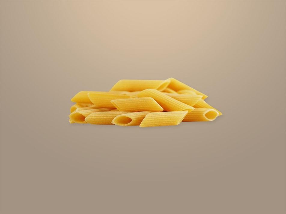 Des pâtes courtes entassées.