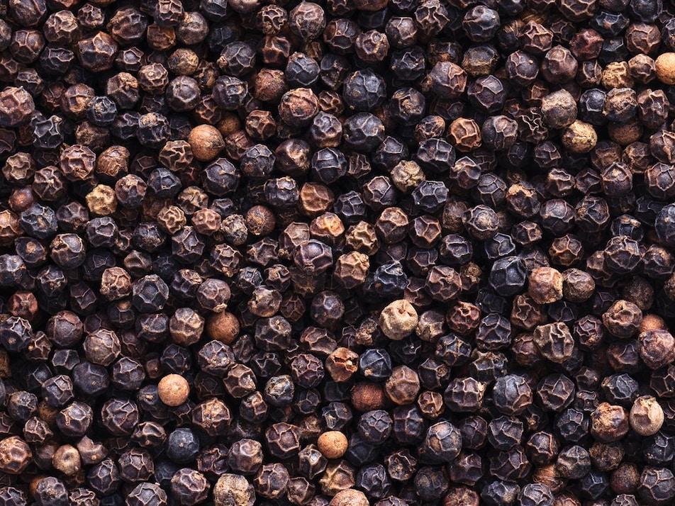 Des grains de poivre.