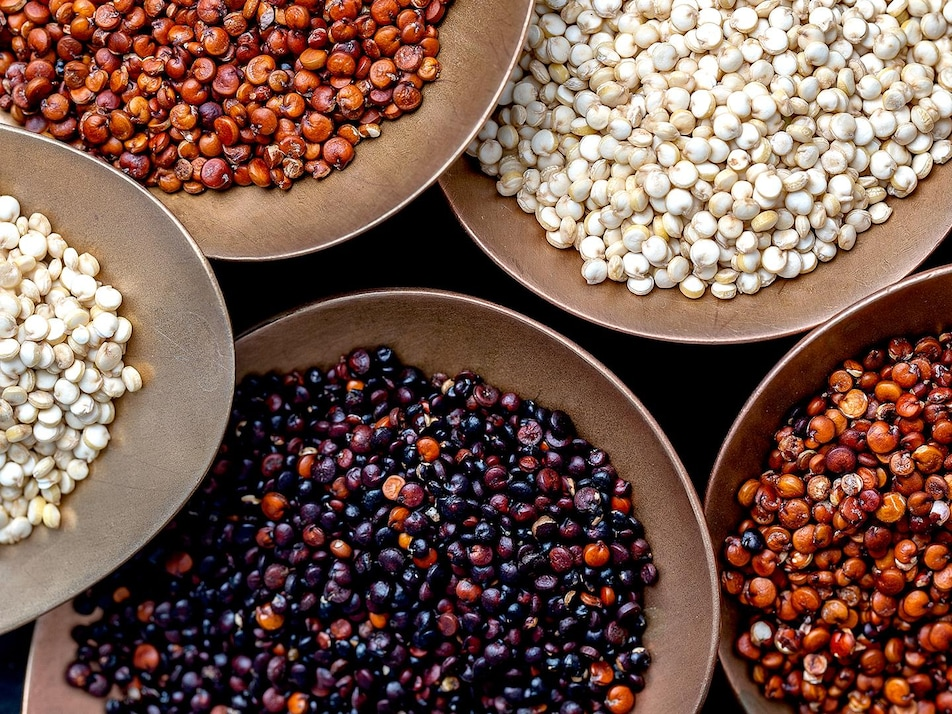 Plusieurs sortes de quinoa dans des bols.