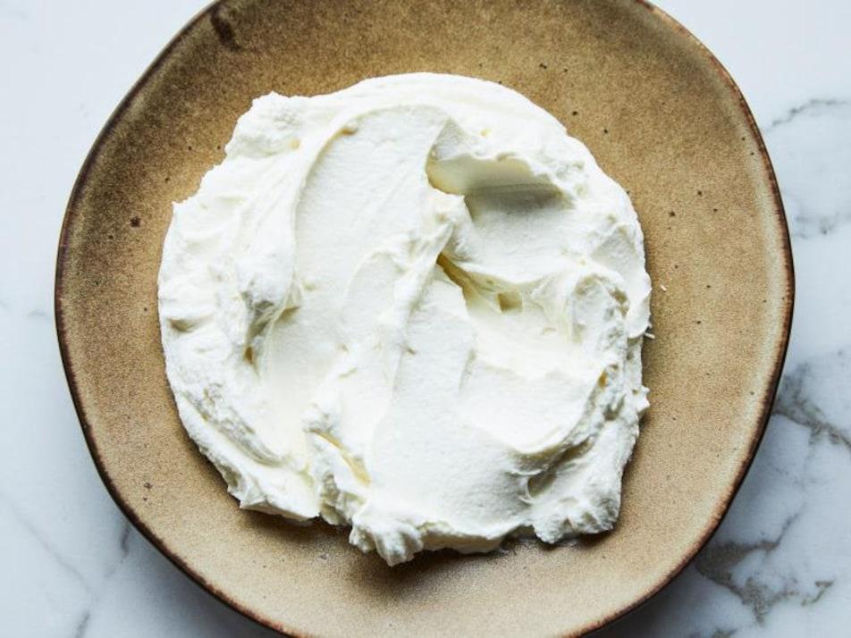 Une assiette avec du fromage labneh.