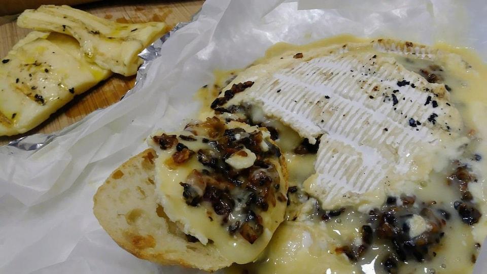 Camembert farci aux champignons. oignons et bacon sur le BBQ