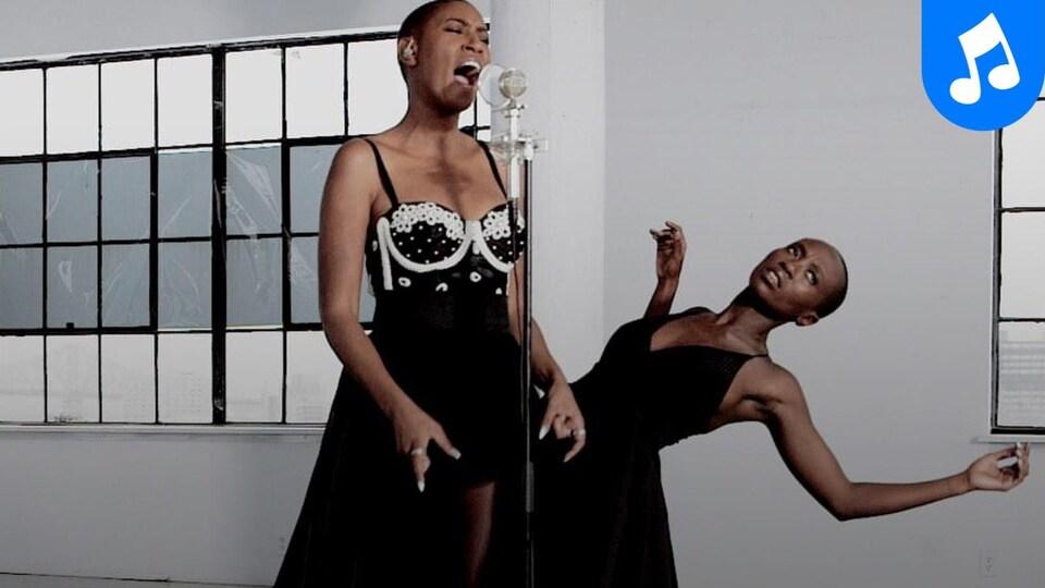 Dominique Fils-Aimée interprète la chanson Free Dom, accompagnée d'une danseuse.