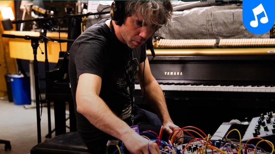Patrick Watson interprète la chanson Strange Rain au piano.