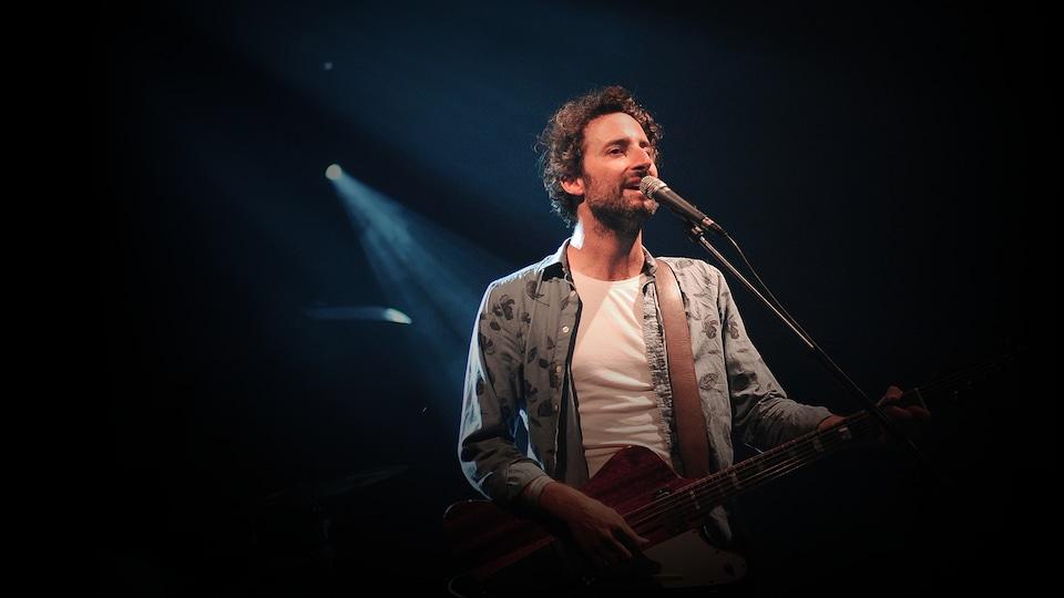 Louis-Jean Cormier à la guitare.