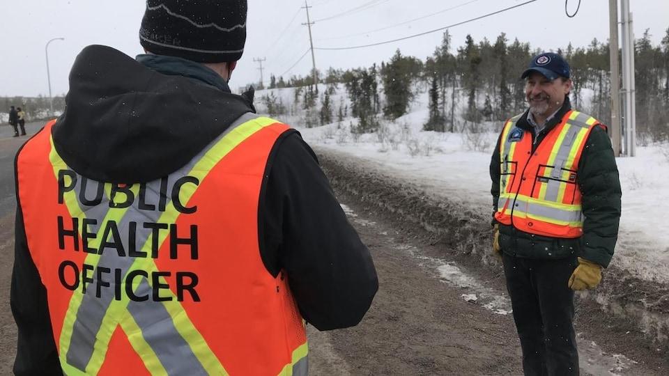 Des agents du bureau de la médecin hygiéniste en chef des Territoires du Nord-Ouest effectuent un contrôle routier.