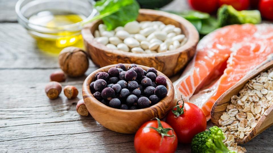 Des aliments disposés sur une table.