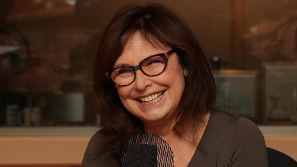 Alexandra Szacka dans les studios de Radio-Canada.
