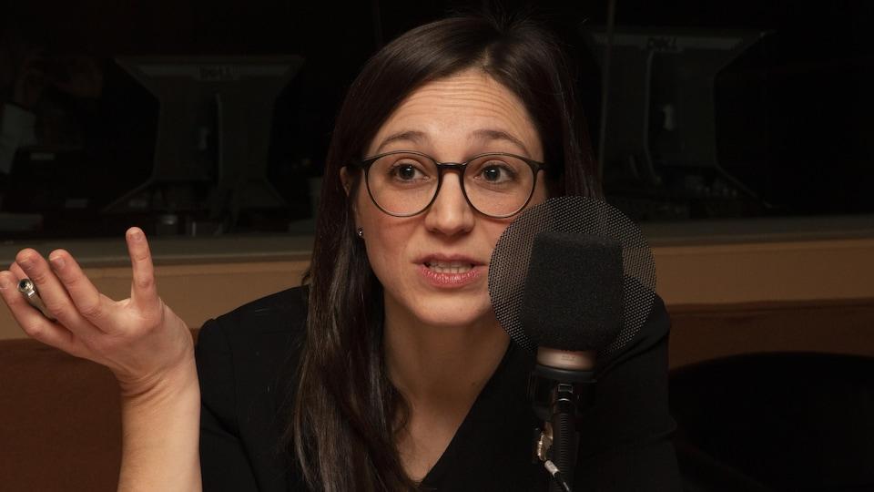 Anne-Marie Voisard dans les studios de Radio-Canada.