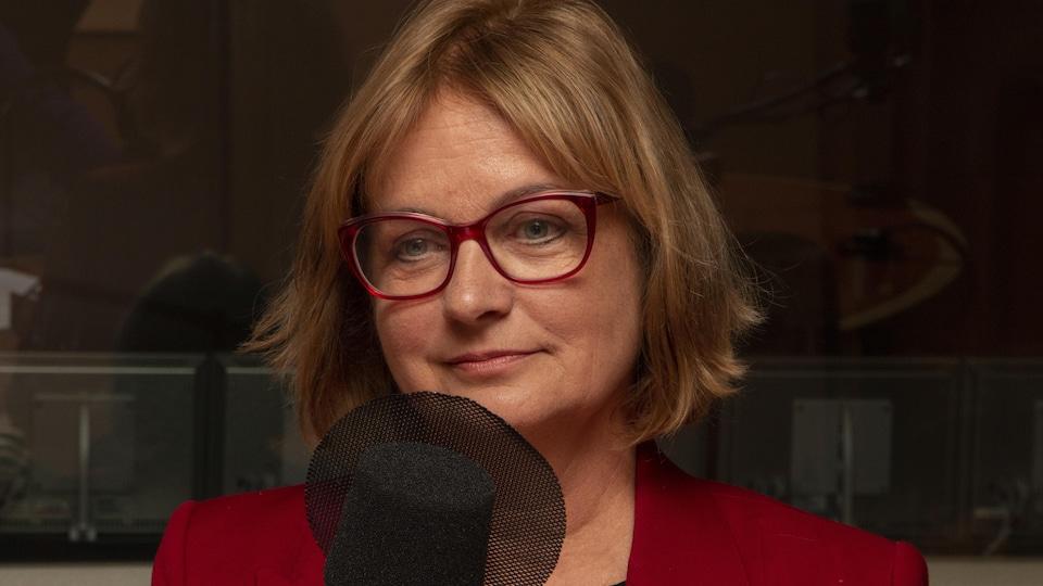 Julie Miville-Dechêne devant un micro radio.