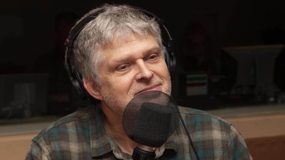 Réal Bossé dans un studio radio de Radio-Canada.