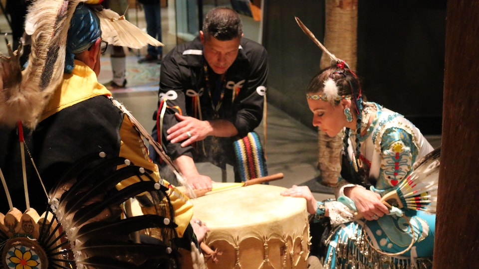 Les danseurs et joueurs de tambour se recueillent avant un spectacle de danse à l'hôtel-musée huron-wendat.