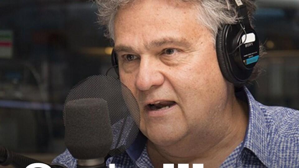 Le pédiatre Jean-François Chicoine parle dans un micro.