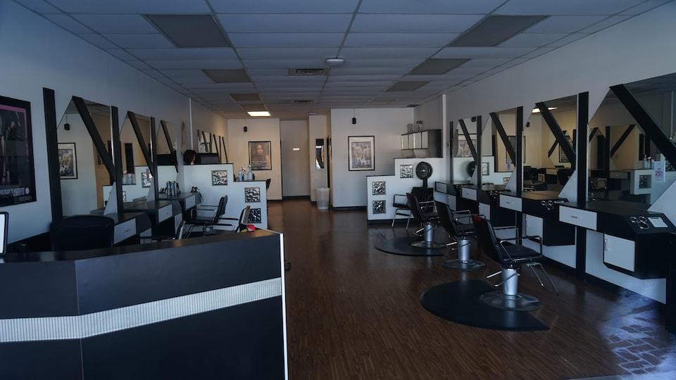 un salon de coiffure vide.