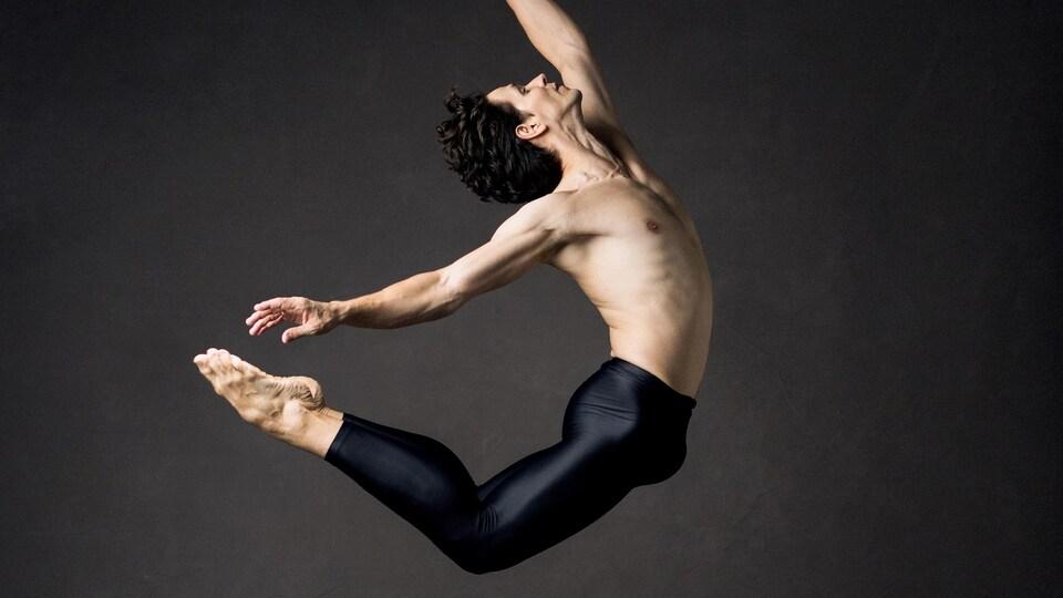 Un danseur au milieu d'un saut.