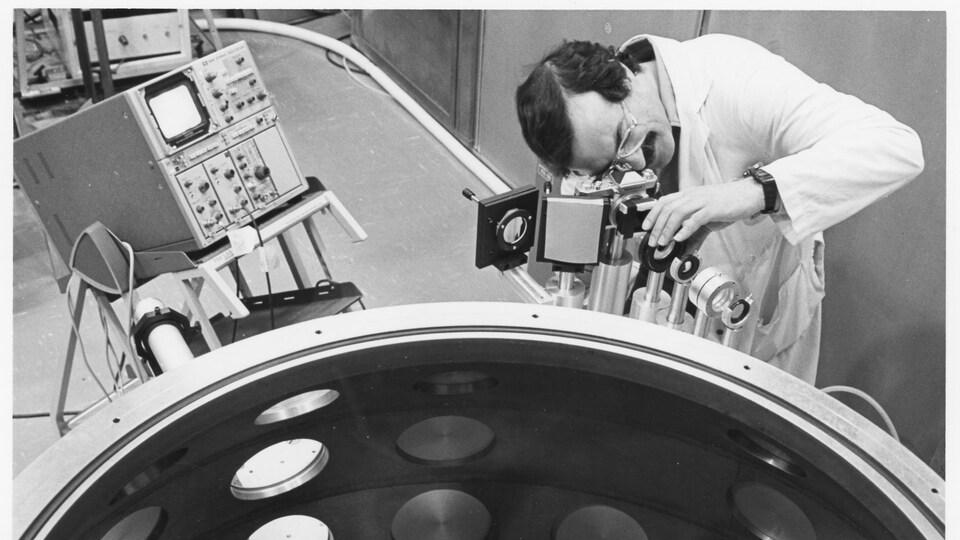 Travail sur la chambre d'interaction laser-matière à l'INRS.