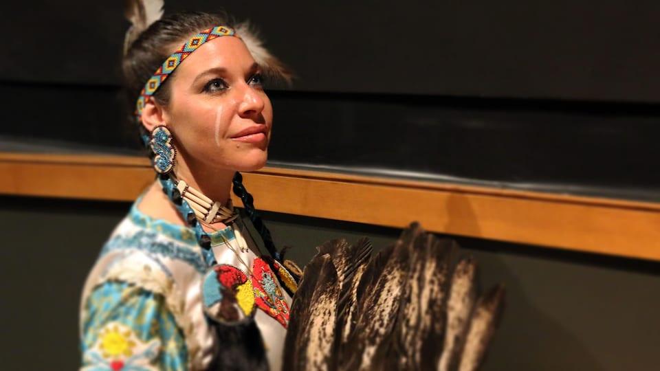 Gros plan sur le visage d'une femme en habit traditionnel huron-wendat