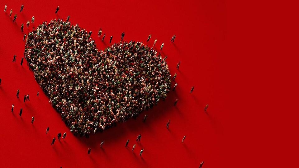 Une foule de personnes réunies pour former un coeur.