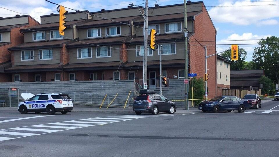 Une voiture accidentée dans un périmètre de sécurité à Ottawa.