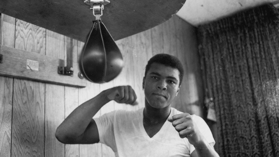 Un boxeur devant un sac de frappes.