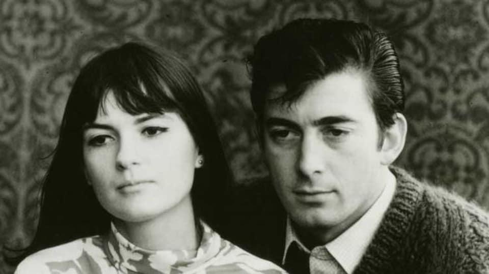 Un jeune homme et une jeune femme sur une photo noir et blanc