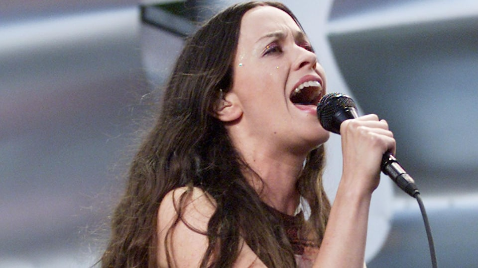La musicienne chante sur une scène.