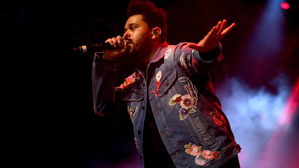 The Weeknd chante sur scène