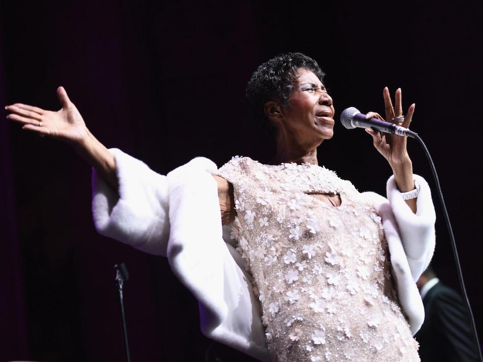 Une femme chante