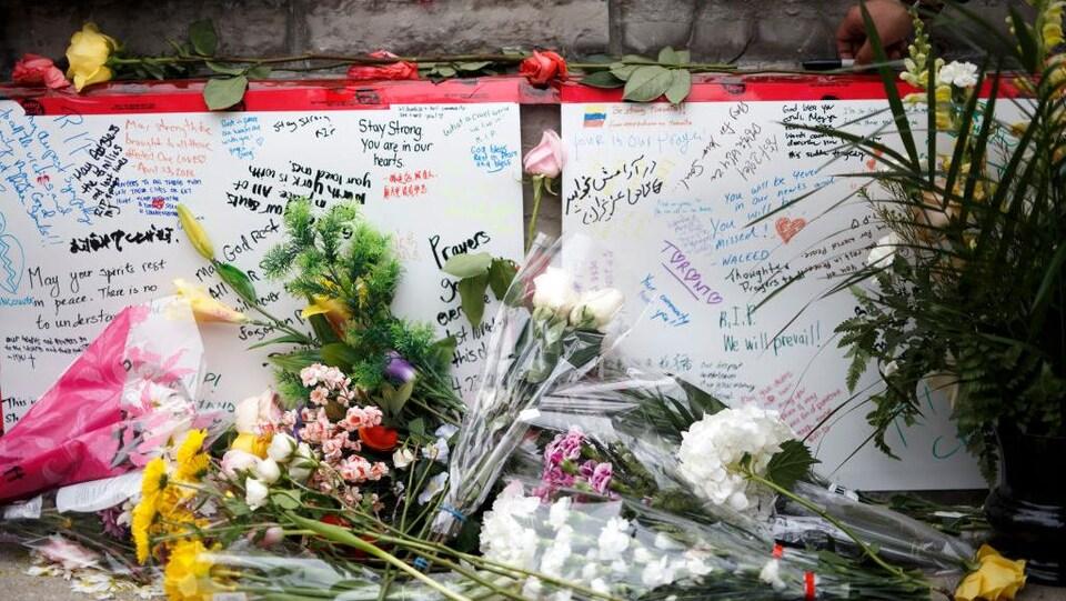 Fleurs, messages, cartes sur le trottoire de  la rue Yonge sur les lieux de  l'attaque.