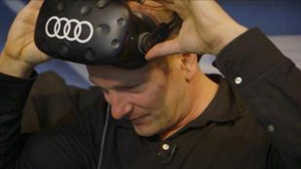 Pascal Forget porte un casque de réalité virtuelle de la marque Audi.