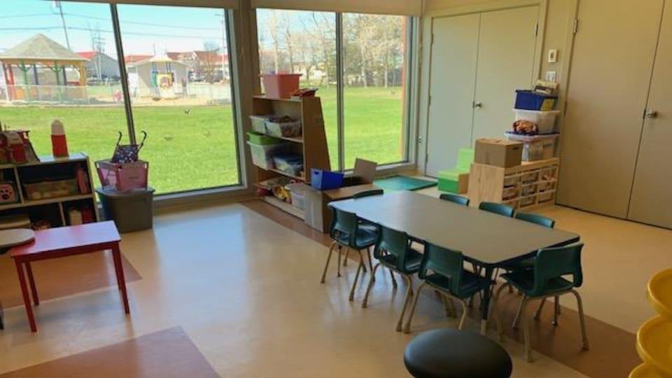 Une salle avec des équipements pour enfants.