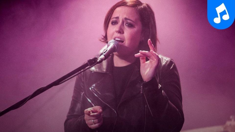 La chanteuse interprète deux chansons de son album 22h22.