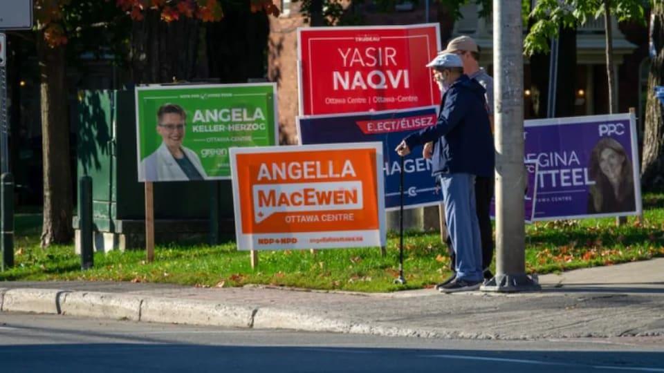 Des pancartes électorales à Ottawa.