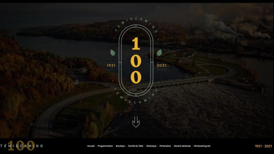 Logo du 100e avec en fond un paysage, un pont traversant une rivière dans une vallée.