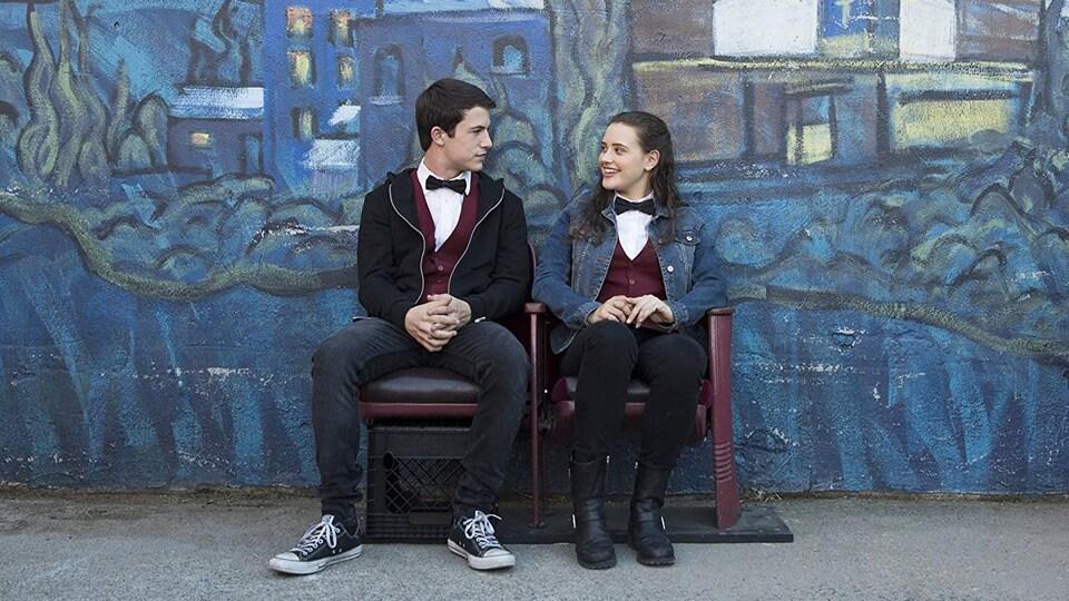 Dylan Minnette et Katherine Langford se regardent dans une rue, lors du tournage de la série « Treize raisons ».