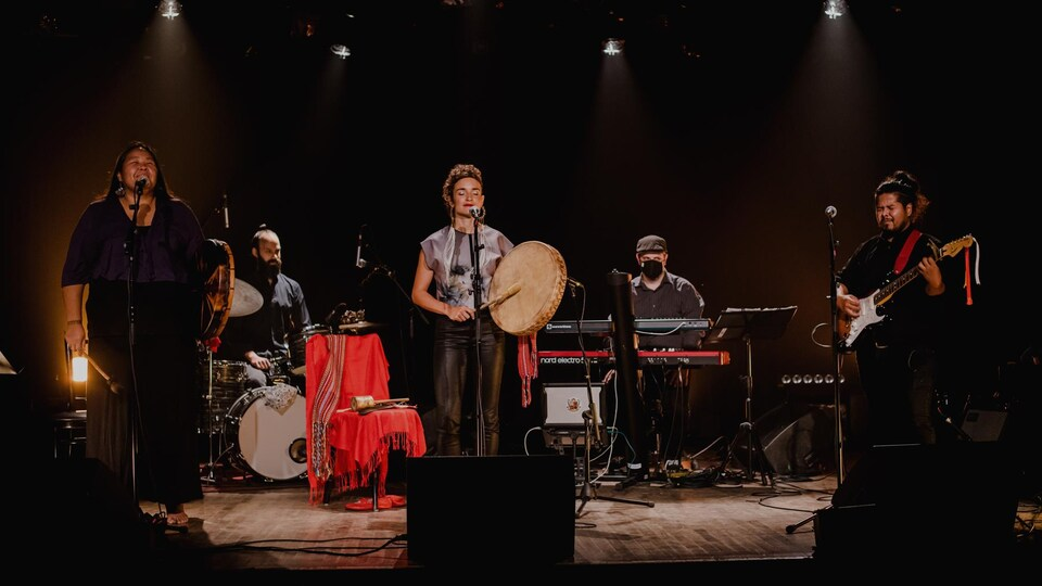 5 musiciens sur une scène.