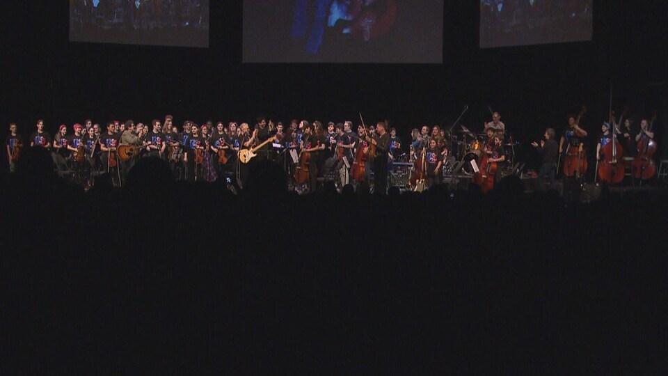 Tous les musiciens sur scène.