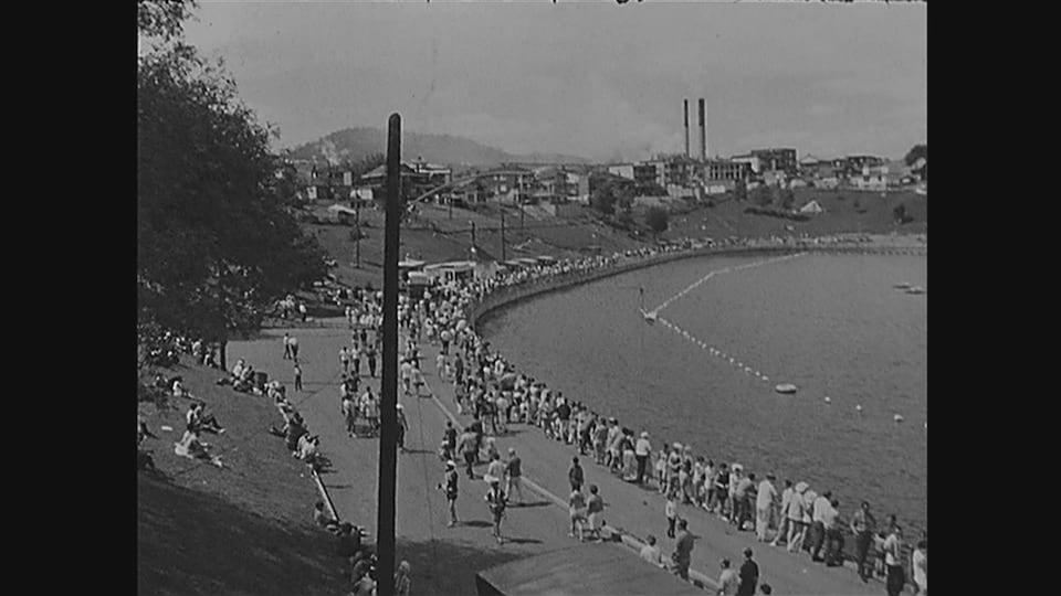 Des centaines de personnes sont rassemblées autour du lac Saint-Louis.