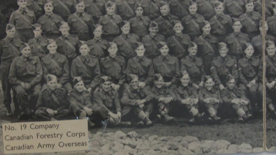 Une photo d'époque. Des dizaines de jeunes militaires prennent une photo, en rang.