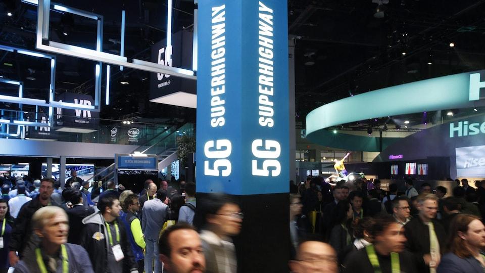 Des participants dans une exposition technologique de Las Vegas.